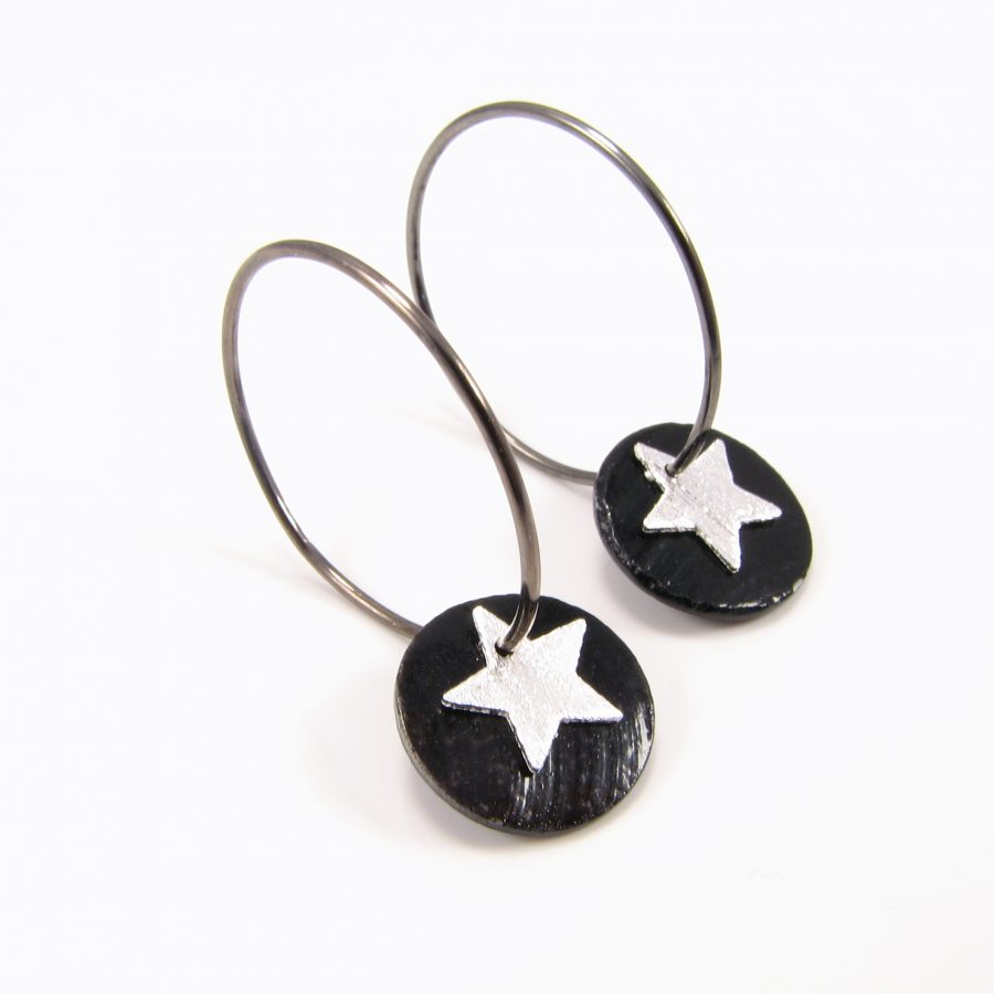 Oxideret sterling sølv creol med sort perlemorsmønt og sølvstjerne