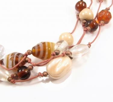 Unika halskæde med brune og hvide sten