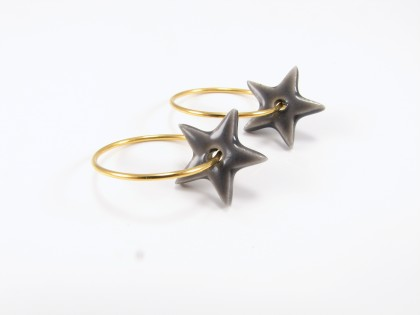 Grå keramikstjerne på forgyldt sterling creol