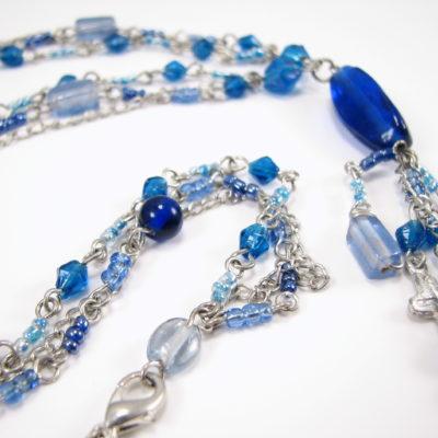 Lang blå unika med tre kæder