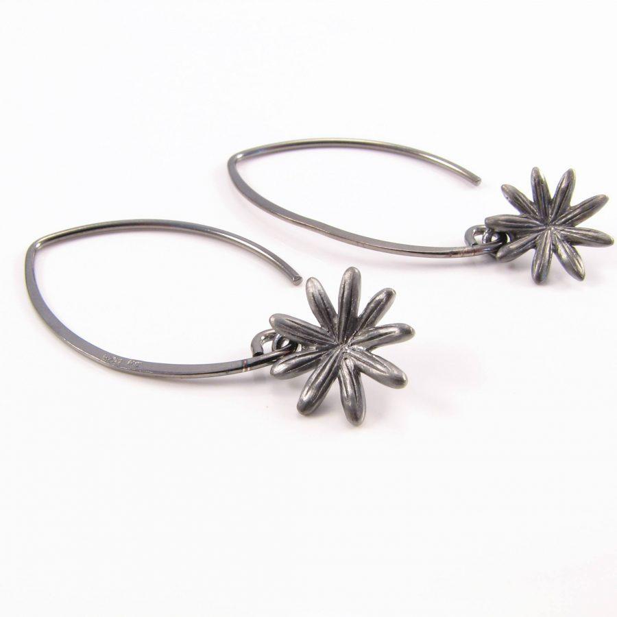 Blomst i oxideret sterling sølv